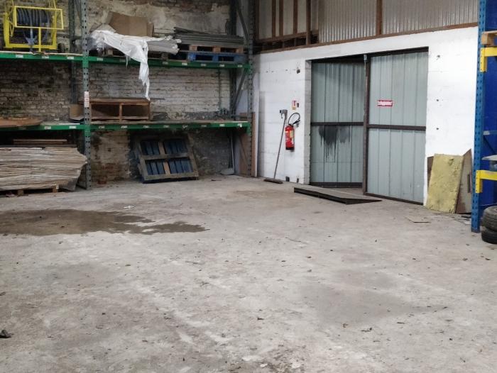 Hangar de stockage avec accès possible à un quai de déchargement